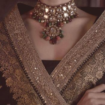Black Benarasi saree accessorised with a stunning uncut diamond necklace. The necklace is strung to